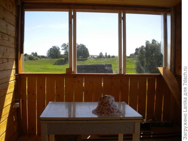 """Лето 2014, веранда с осени """"заколочена"""" старыми окнами, слева в углу ставим приставную лестницу."""