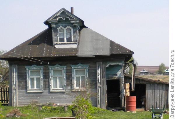 Здесь хорошо видно, как перекошено крыльцо, и весь дом заваливается влево.