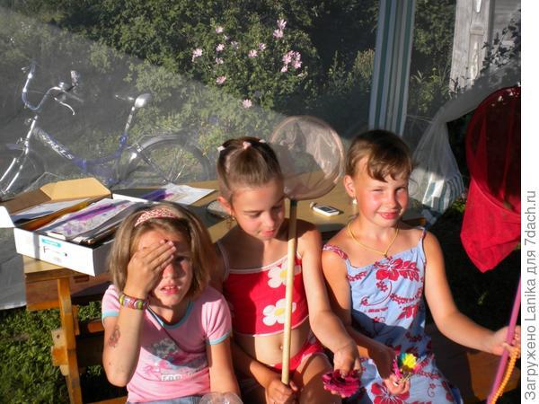 Жаркое лето 2010, девчонки играют в шатре.