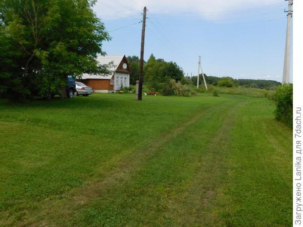 Один большой газон почти на всю деревню...