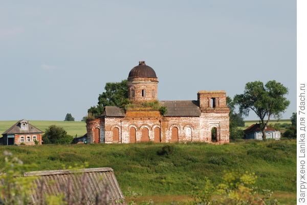 Полуразрушенная церковь соседней деревни.