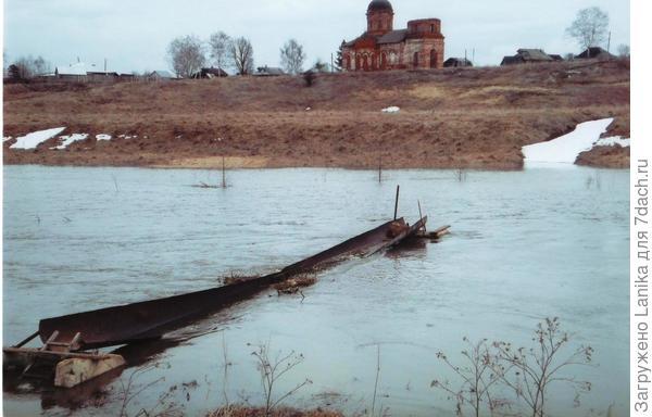 """Фото сделано во время весеннего разлива, так что полной """"прелести"""" этого мостика не видно."""
