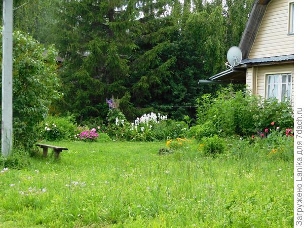 Лет 8 назад была просто лужайка перед домом...