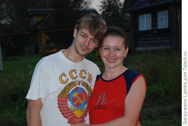 Мой старший с женой (Тут маечка похожая!).