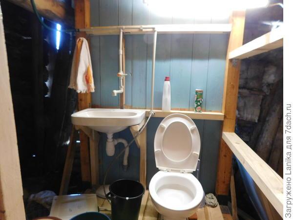 Туалет в сарае. Стены еще не обшиты.