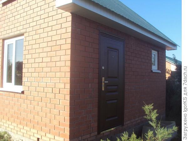 Входная дверь и окно в предбаннике