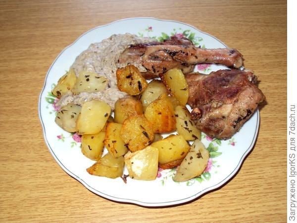 Спустя 30 минут получаем вкуснющее новогоднее блюдо из утки