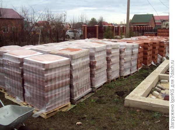 Кирпич на деревянных поддонах для строительства дома