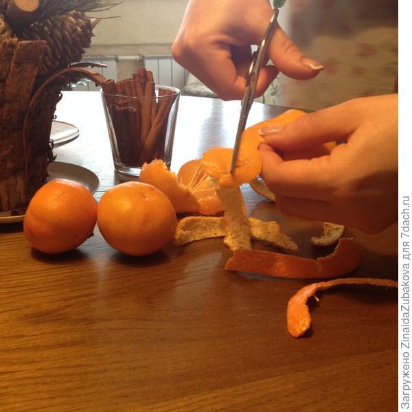 Режем мандариновые шкурки на полоски.