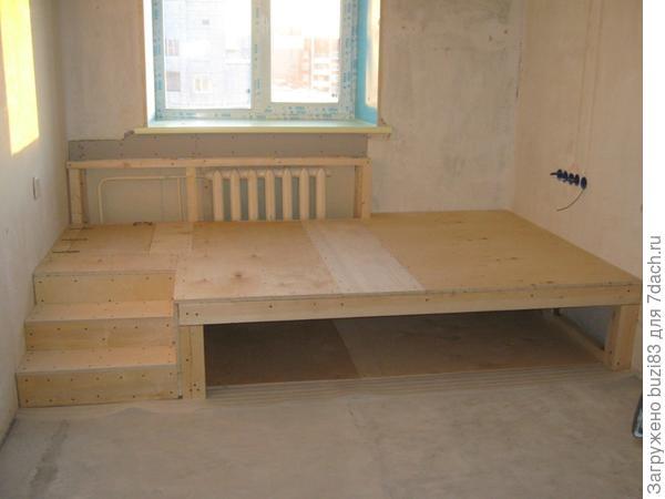 Подиум...лесенка,под него заказали заезжающую кровать,внутри подиума встроенный ящик для игрушек