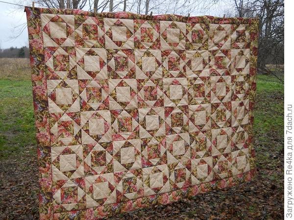 Можно сшить одеяло всего из двух оттенков ткани.