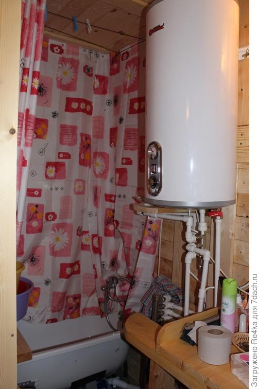 Намеренно поставили ванну вместо душевой кабины. Довольны выбором. Никаких протечек, внизу полно места для всяких хозяйственных вещей. Над ванной можно повесить и дать стечь мокрой одежде.