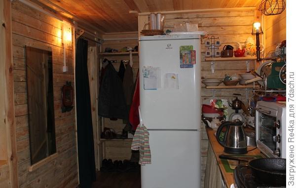 Небольшой коридор с вешалкой. Налево - дверь в прихожую, направо - дверь в ванную.