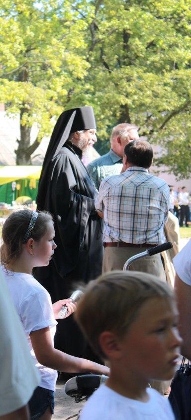 На празднике, посвящённом дню города. Наместник Псково - Печорского монастыря архимандрит Тихон.