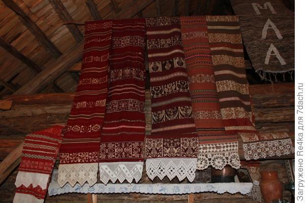 Большая коллекция обрядовых полотенец сету представлена в частном музее народности сету. У каждой семьи сету был свой неповторимый орнамент, который повторялся на тканых полотенцах, в вышивке на одежде.