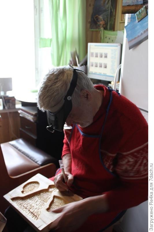 Владиленыч режет доски.
