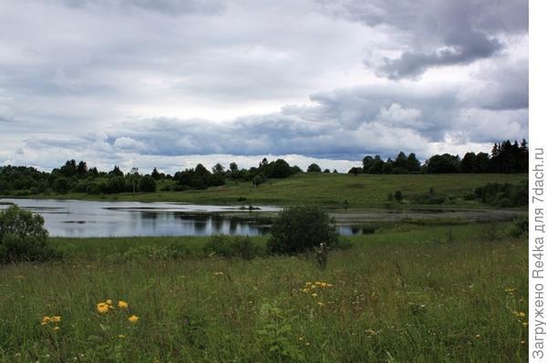 Ещё одно озеро, на берегу которого расположена небольшая полуживая деревня Рогозино гора....
