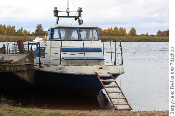 Пришвартованный катер на берегу пограничной речки.