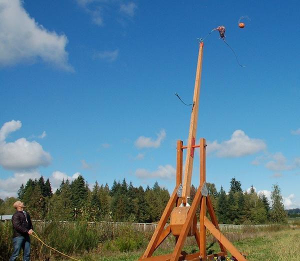 Стрельба тыквами из специальной катапульты. Фото с сайта myvancity.ca