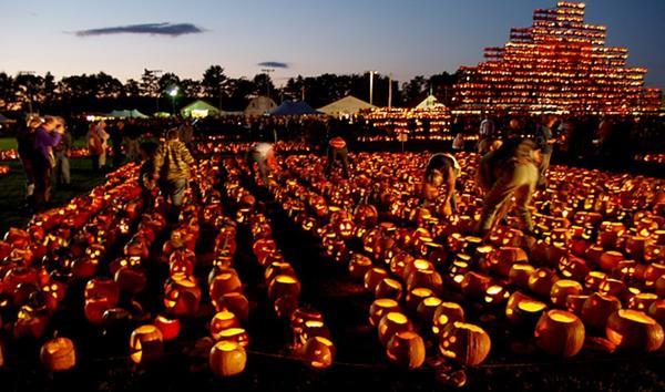 В сумерках зажигают тыквенные фонари. Фото с сайта wdy.h-cdn.co