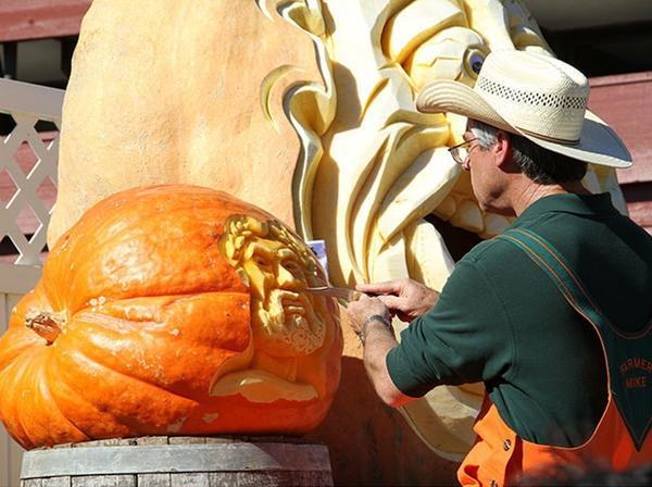В процессе творчества. Фото с сайта pumpkinfest.miramarevents.com
