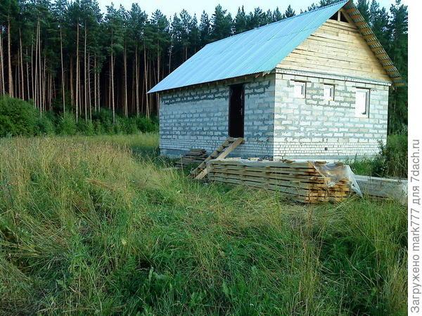 домик с дверью и окнами