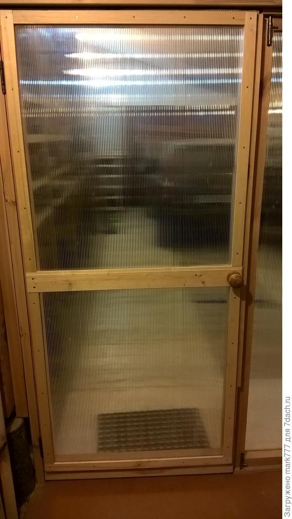 Дверь в гараж со стороны мастерской