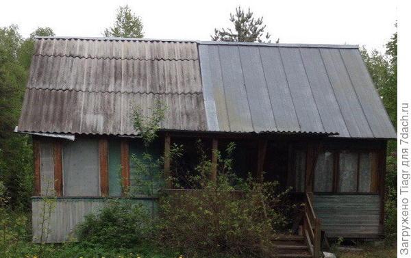 Наша хижина))) Если приглядеться, то видно, что пристройка слева завалилась и образовался зазор между двумя крышами. Это место облюбовали осы, дожди и снег)))