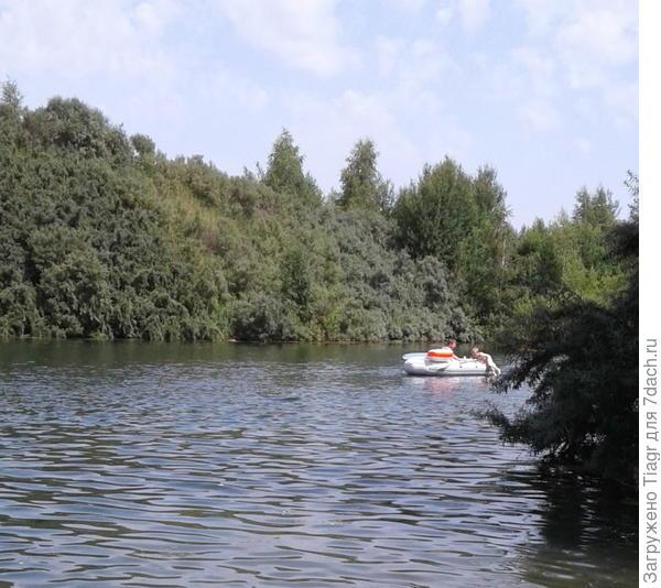 кто-то плывёт на лодке