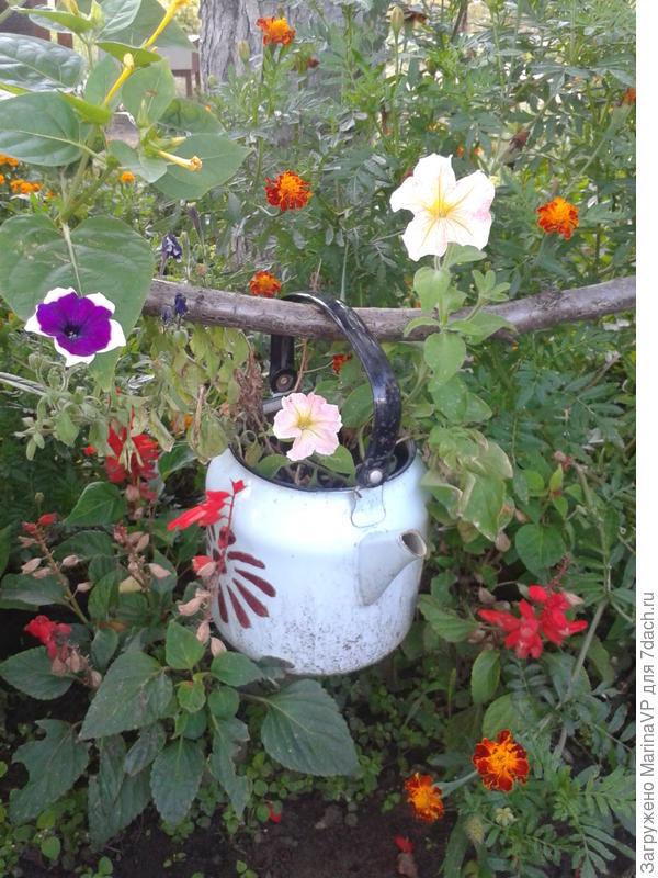 цветник под яблоней