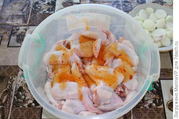 В емкость с крылышками добавляем  сладкий соус.