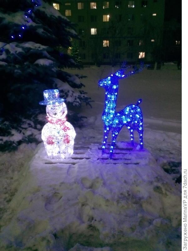 Такой снеговик и олень стоят на работе.