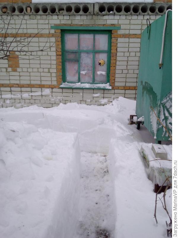 прочистили проход к беседки, чтобы скинуть с крыши снег.