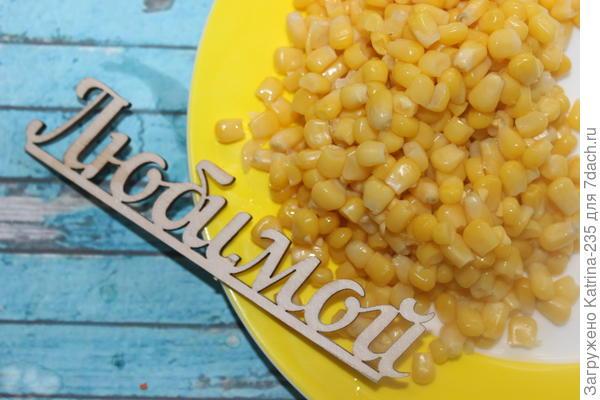 Последней добавляем кукурузу и варим еще 5 минут. Кладем зелень,приправы по вкусу. Я сторонник только зеленого лука.