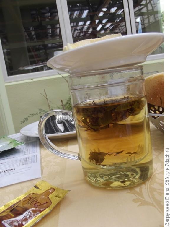 вот чай в кафе г.Будва (Черногория), сверху блюдце - на нем четвертинка лимона. Сахар тоже не подают, только если просить. К чаю - мед в пакетиках.