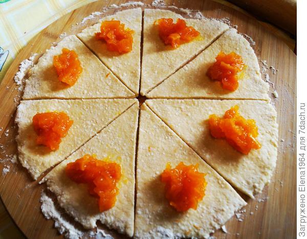 Разрезать круг на 8 частей. В основание каждой части положить повидло из тыквы и скрутить в рогалик (от основания  - к центру).
