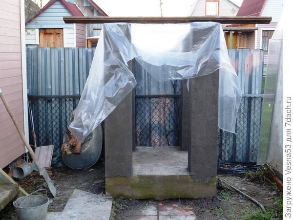 Осень 2012 г. Постамент для поливальной емкости и площадка для будущего компостника.