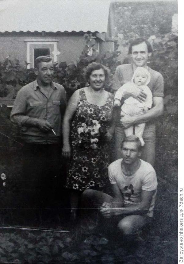 Дед слева.