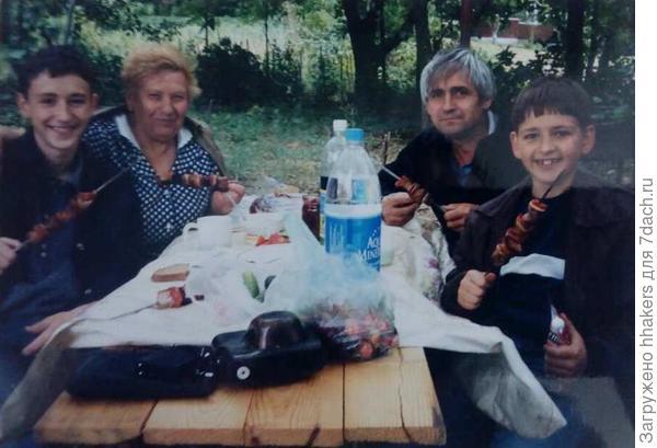 Бабушка с внуками и зятем. Справа - мелкий мой муж
