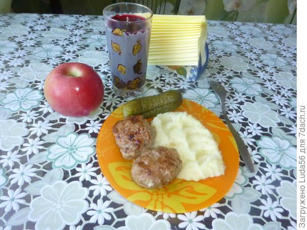 Котлетки с картофельным пюре, компот из замороженной смородины. приятного аппетита.