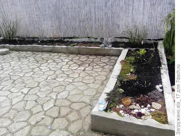 Отделывали внутренний дворик. Бестолковую траву , грязь убрали под плитки, которые муж залил сам с помощью формы