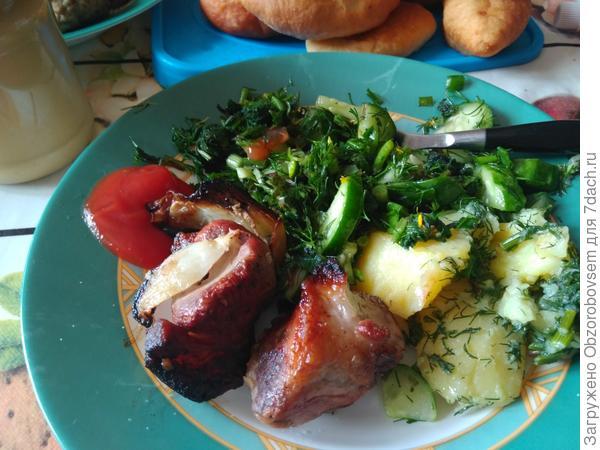 Салат с одуванчиком отлично сочетается с шашлыком.