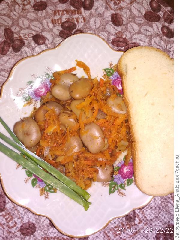 Бобы с луком и морковью