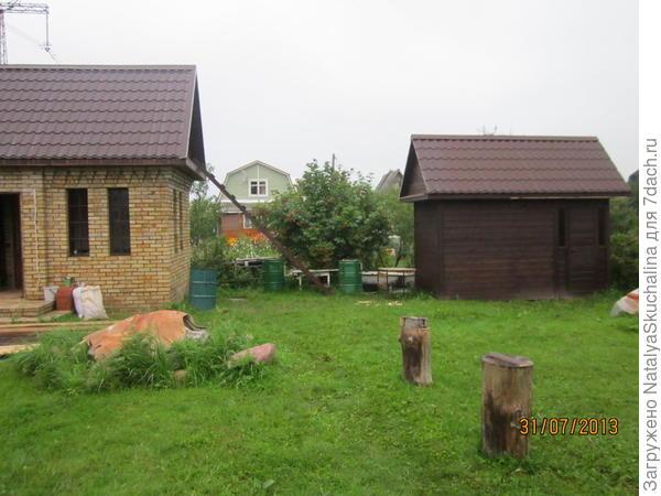 баня и сарай, за которым летняя кухня