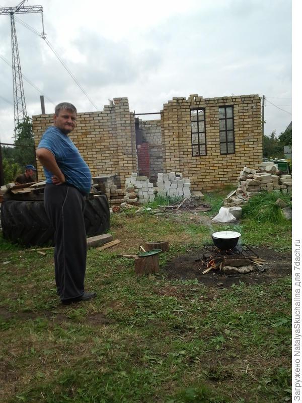 идет строительство бани, муж варит обед
