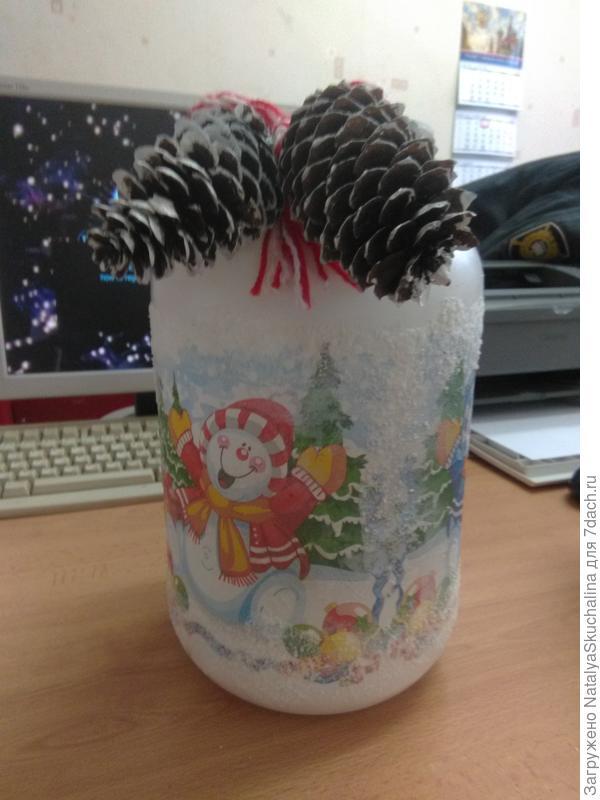 ваза из банки обклеена салфеткой и вместо снега на ПВА соль