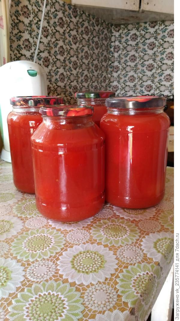 А это помидоры в собственном соку. В одной банке Любаша, во второй-Малиновая империя, в третьей-Великосветский, а в четвертой- смесь.Посмотрю, какие гибриды лучше подходят для каких заготовок. Всем спасибо и до свидания!