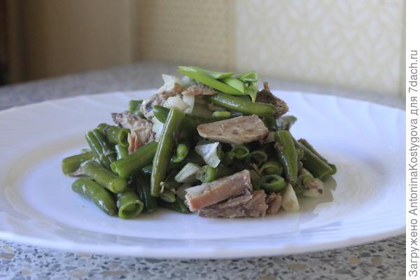 Салат с тунцом и стручковой фасолью.