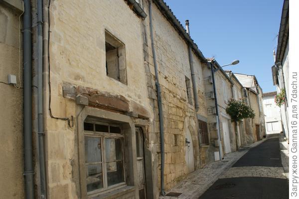 Центральная улица, первый дом на реставрации.