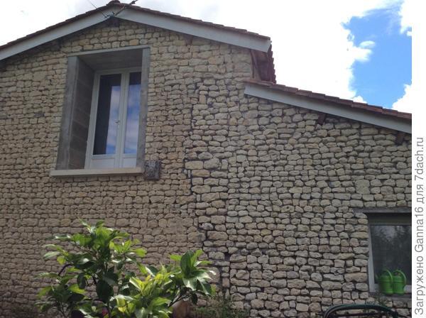 """Штукатурки нет, окна-двери не """" одеты. На верху спальня с выходом.  на будущий балкон.  Внизу ванная.  Можно  заметить до каких пор  разбиралась стена. Всё  что справа - новодел.   Моя работа. Я тут по  совместительству каменщиком  заделалась ."""